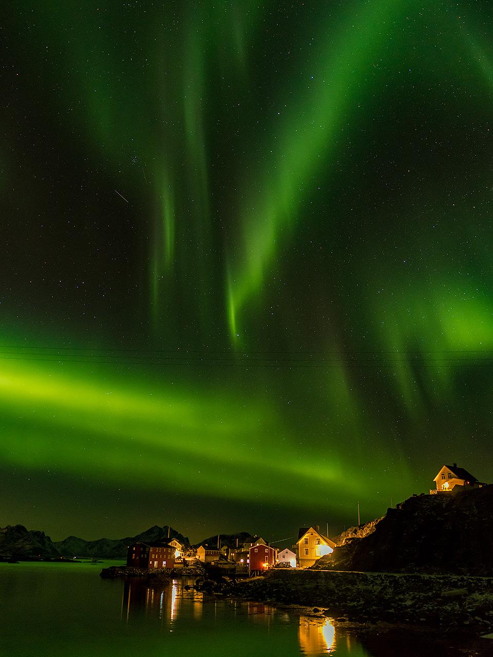 De aurora boven het Noorse plaatsje Nyksund