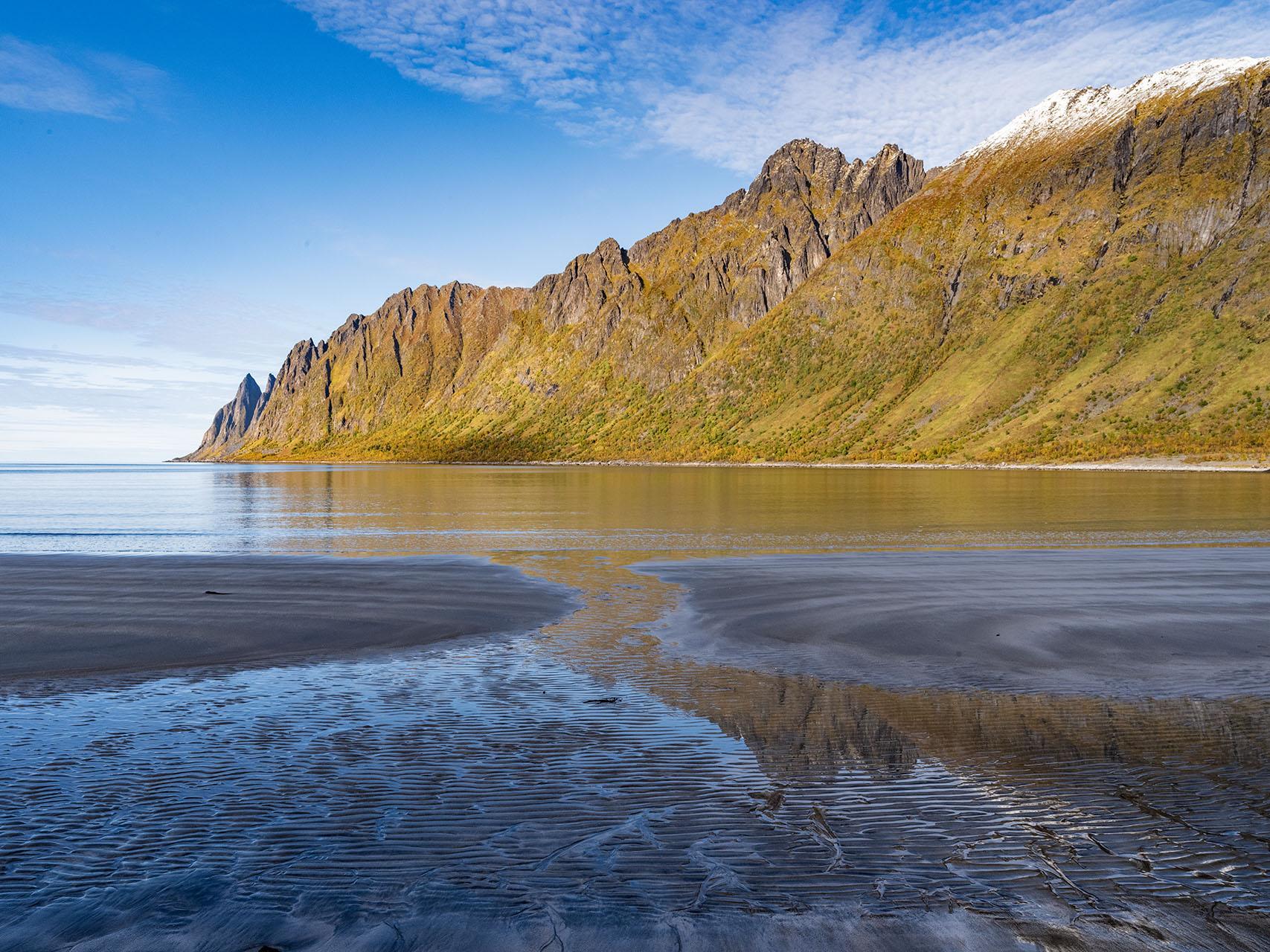 Senja is een gebied in Noord Noorwegen ver boven de poolgrens. Het is onherbergzaam, ruig en daarmee prachtig! Bergrotsen torenen hoog boven de fjorden uit, Er zijn veel fraaie baaitjes met prachtige strandjes. Hier wil je naar toe!