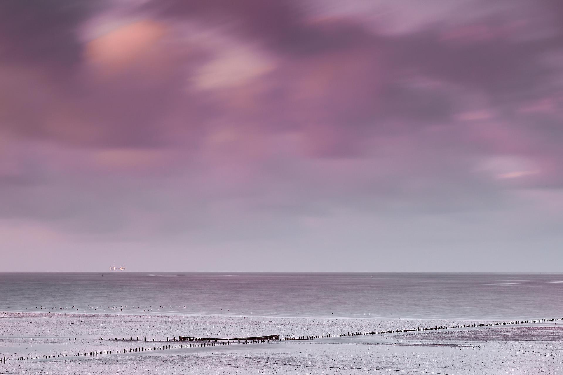De oude praam van Rijkswaterstaat die vastgelopen is bij het Friese plaatsje Wierum is een gewild onderwerp van veel fotografen