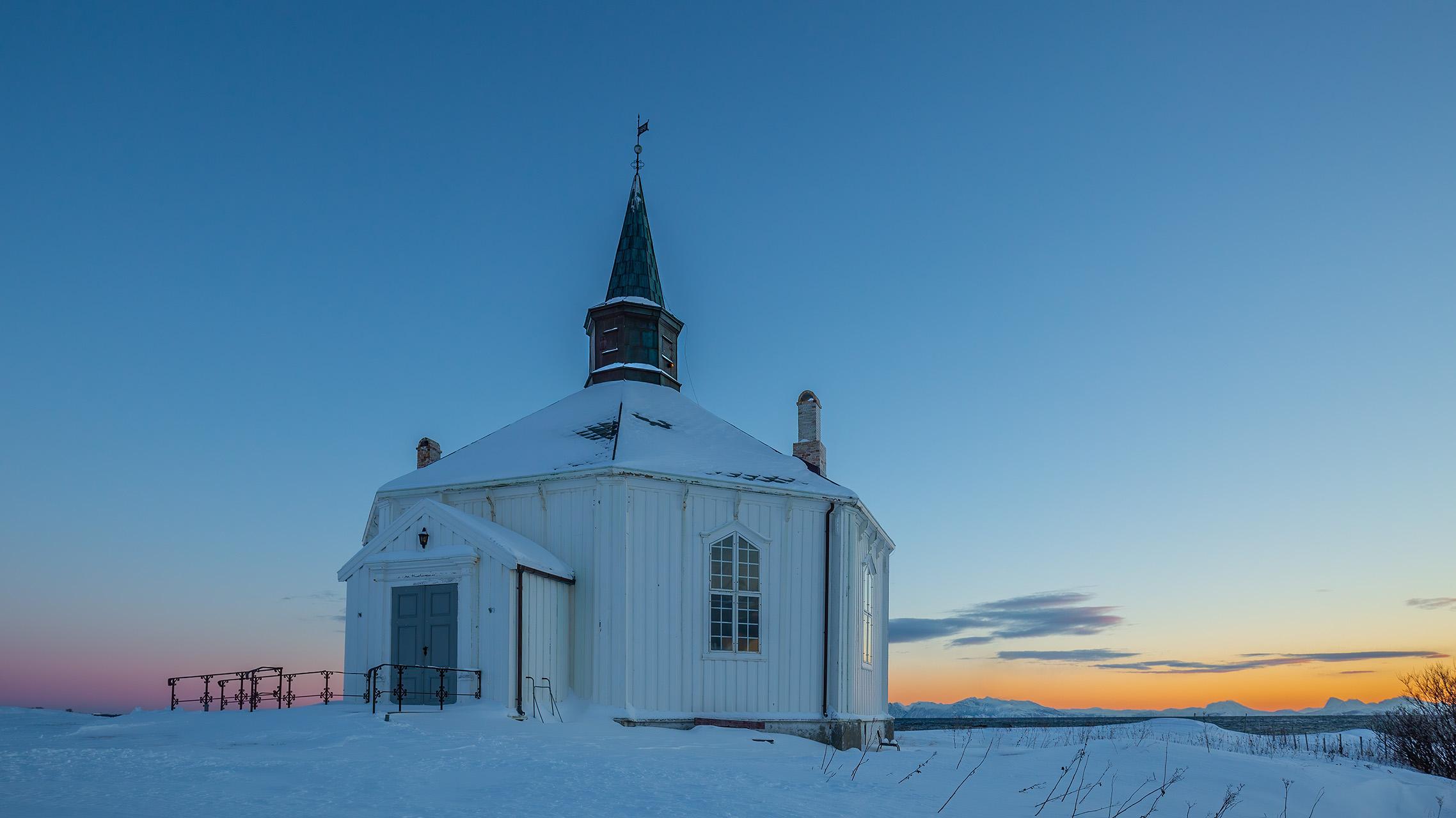 De parochiekerk van Dverberg is een octogonale der die in 1843 gebouwd is. Het gebouw biedt ruimte aan 230 mensen. Locatie Noorwegen, Vesteralen, Dverberg