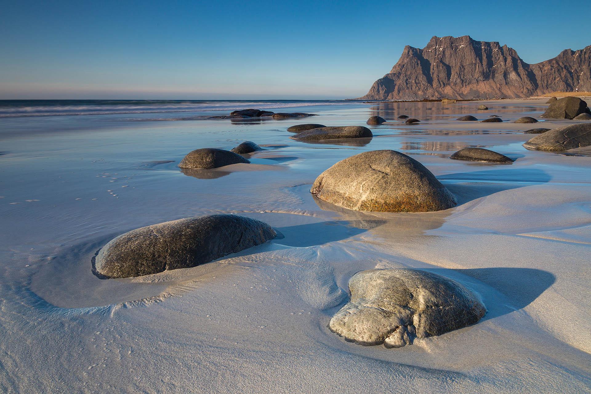 Het strand van Uttakleiv op de Lofoten in Noorwegen is bezaaid met prachtige keien.