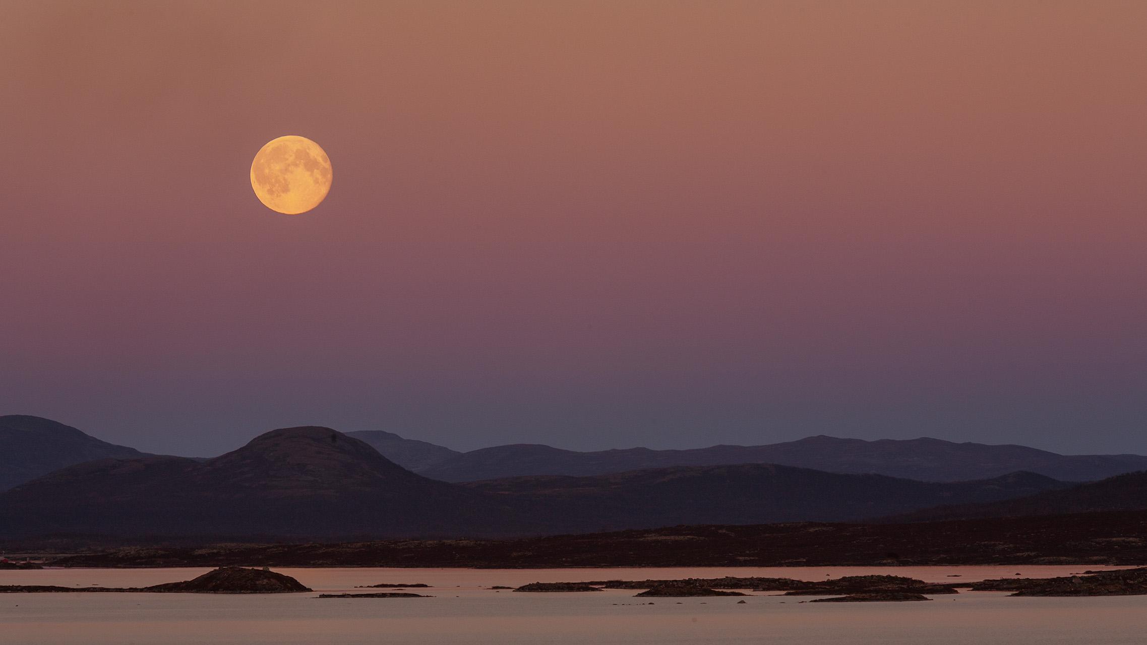 Volle maan tijdens de schemering met aardschaduw. De foto is gemaakt in Rondane Noorwegen