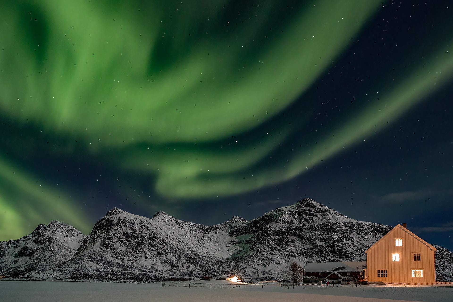 Aurora bij een pastorie op de Lofoten