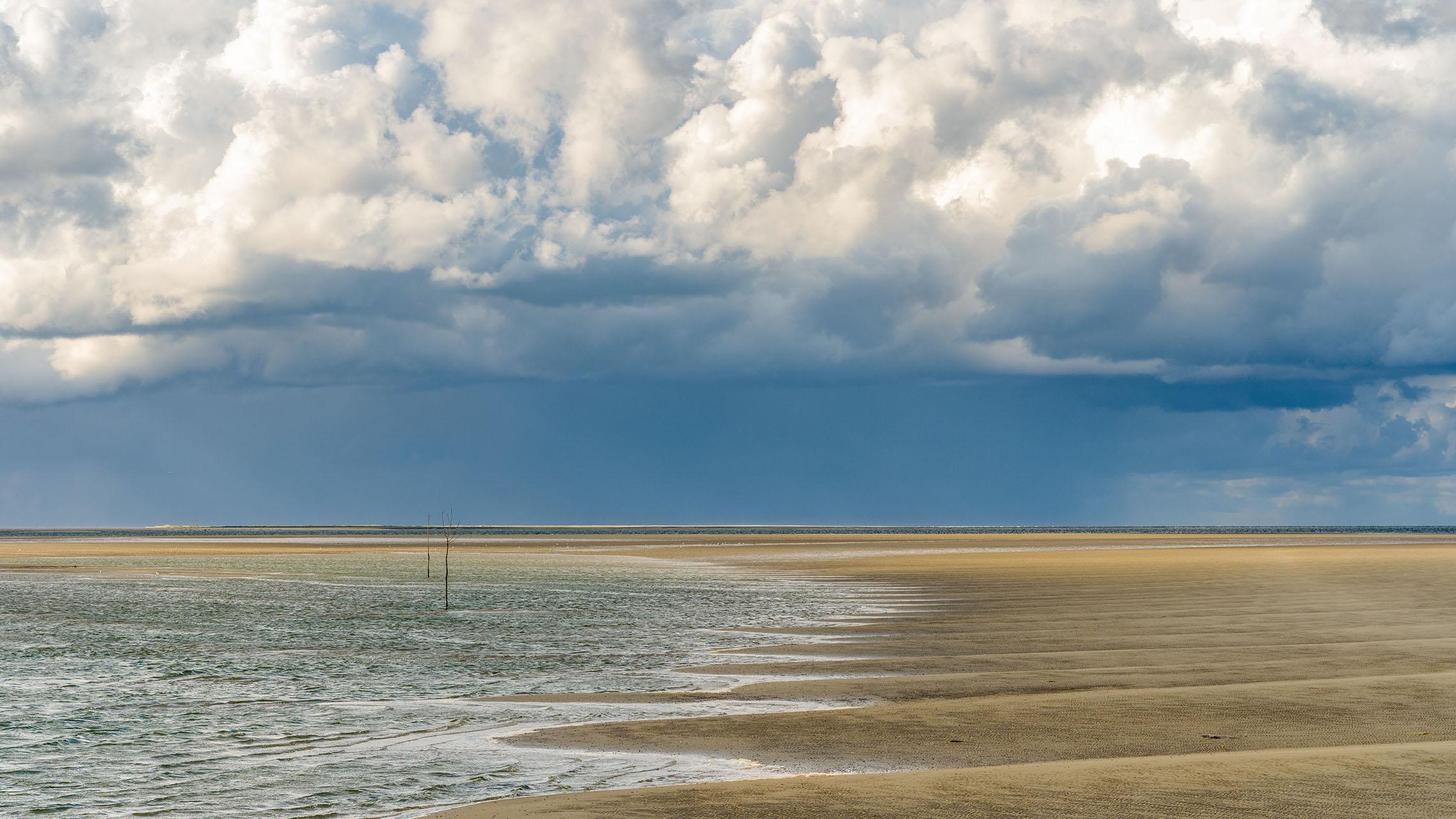 Op de rand van water, aarde en lucht. Prachtige wolkenluchten langs de vloedlijn van Rottumeroog
