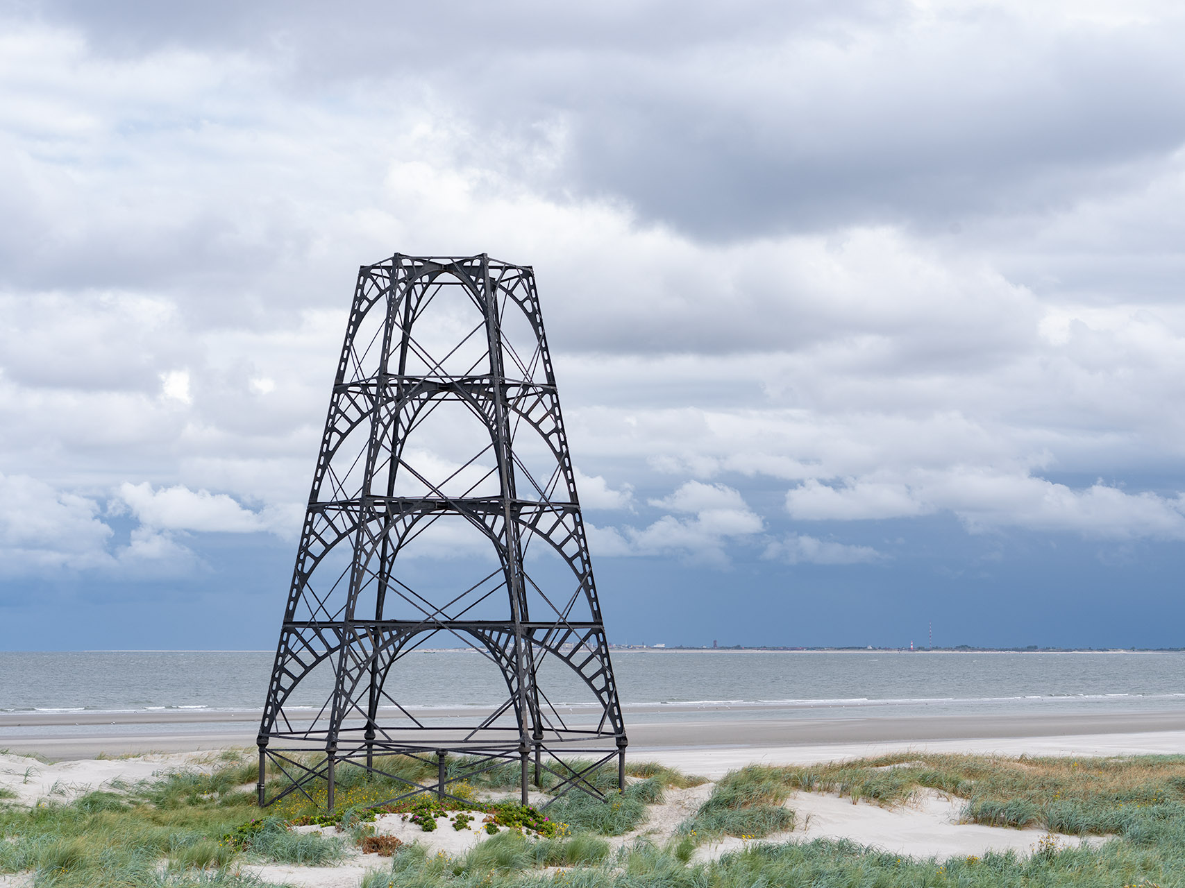 De Emder Kaap is een markante stalen constructie en herkenningspunt voor de scheepvaart die langs Rottumeroog varen. Op de achtergrond is het Duitse Waddeneiland Borkum te zien.